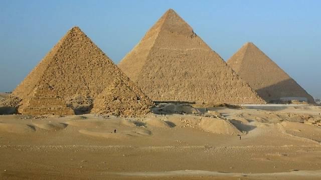 Melyik fáraó nevét viseli a világ legnagyobb piramisa?