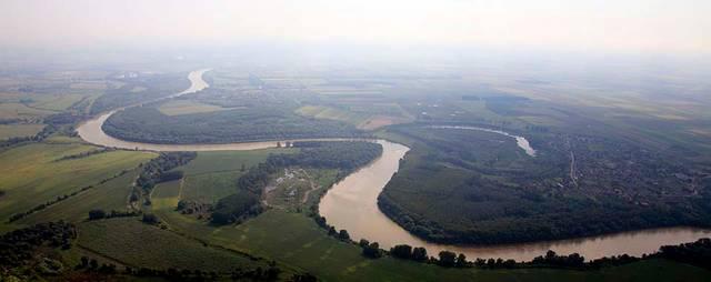 Szeged melyik folyó mellett található?