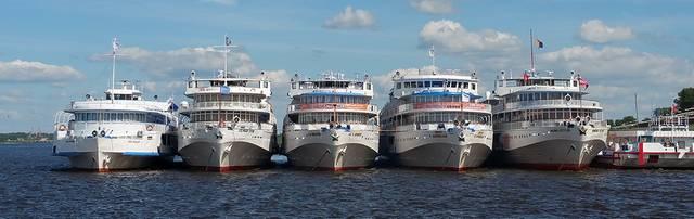 Szentpétervár melyik folyó partján áll?