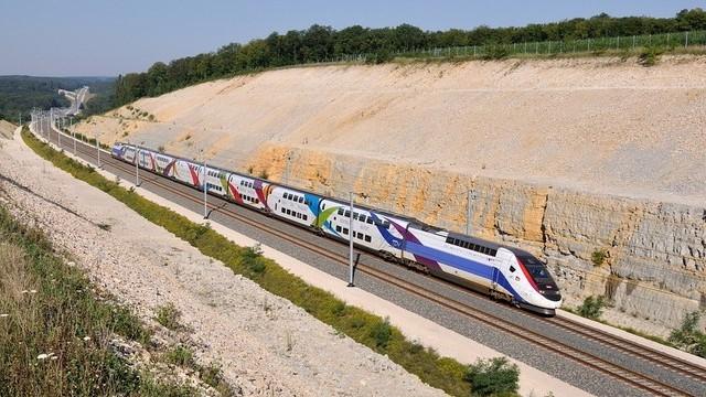 Nagyjából mekkora sebességgel közlekednek a francia TGV vonatok?