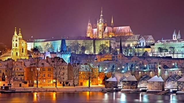 Melyik város szokták így nevezni: arany város vagy száztornyú város?