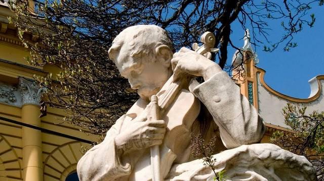 Hol állítottak szobrot Dankó Pistának?