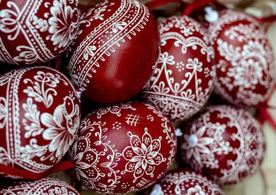 Minek a szimbóluma a tojás pirosra festése húsvétkor?