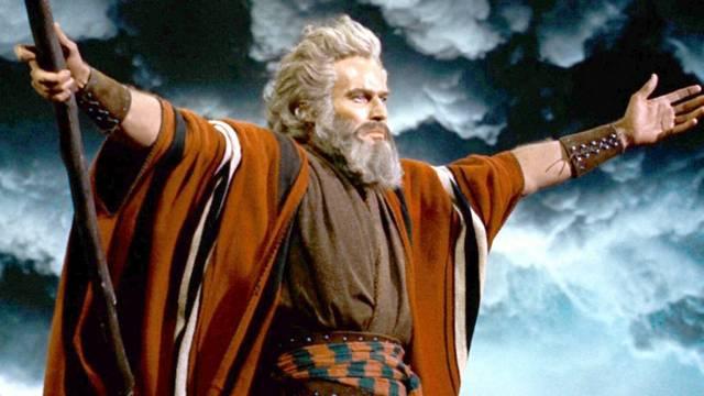 Hány kőtáblán volt a Tízparancsolat Mózesnél?