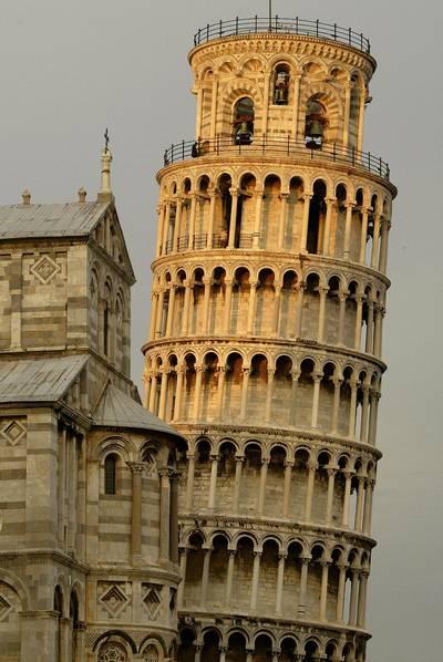 Hány métert tért el, az évszázadok alatt,  a függőleges tengelytől a Pisai ferde torony?