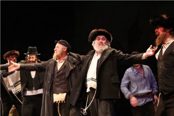 Melyik országban játszódik a Hegedűs a háztetőn című musical?
