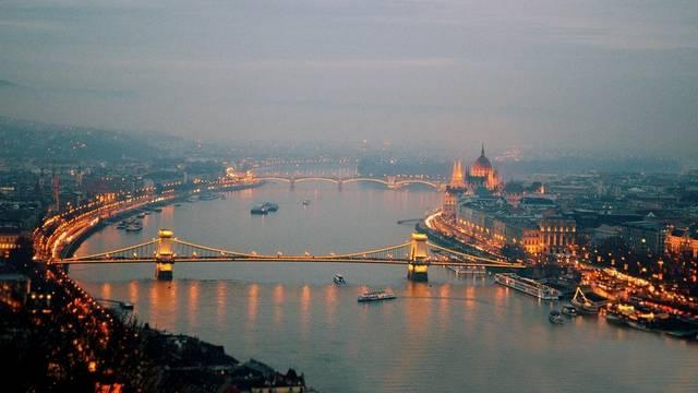 """A Duna a világ """"legnemzetközibb"""" folyója; 10 országon halad át, négy fővárost is érint. A felsoroltak közül, melyik fővároson nem folyik keresztül?"""