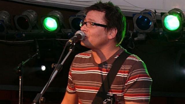Az alternatívrock-zenekar, a Kiscsillag egyik alapító tagja, Kossuth-díjas magyar zenész, énekes.