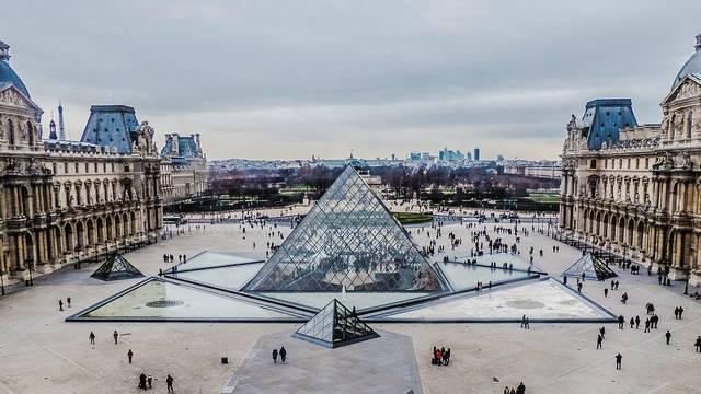 Egy üvegpiramis, amely egy híres múzeum része. Hol található?