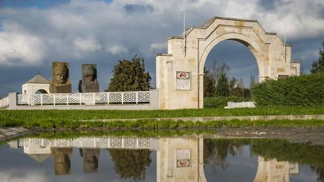 Melyik városunkban emeltek köztéri szobrot Szulejmán emlékére?