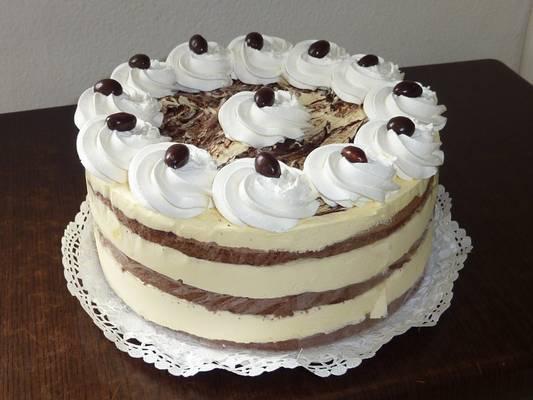 Mi az Eszterházi torta fő hozzávalója?
