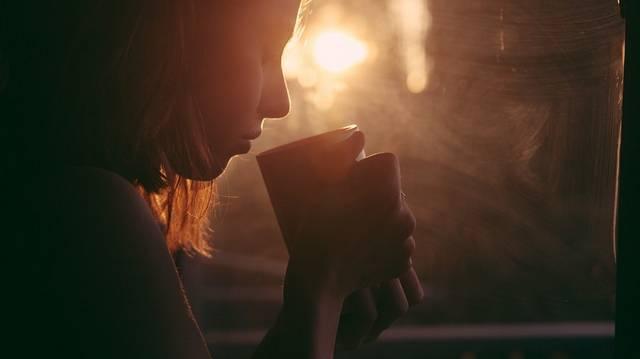 Melyikből kell úgy szakszerűen teát készíteni, hogy hideg vízben áztatjuk?