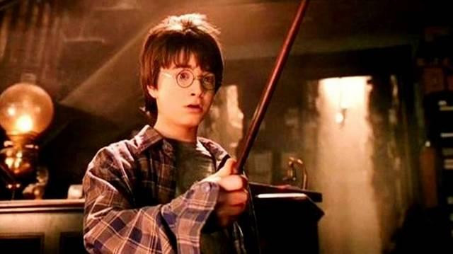 Hány tollat adott az a Főnix ,ami Harry pálcájához is adta a tollát?