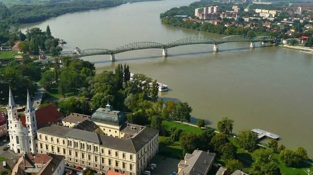 Kinek a nevét viseli az esztergomi Duna-híd?
