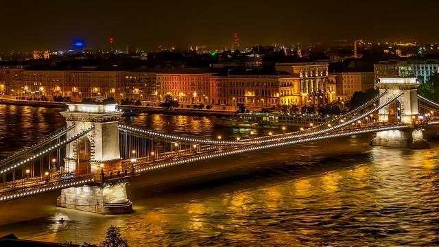 Megállhat-e jármű a hídon?