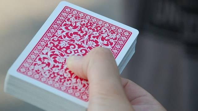 Miért sír és nevet az osztó a kártyajátékban, annak ellenére, hogy ő nem játszik?