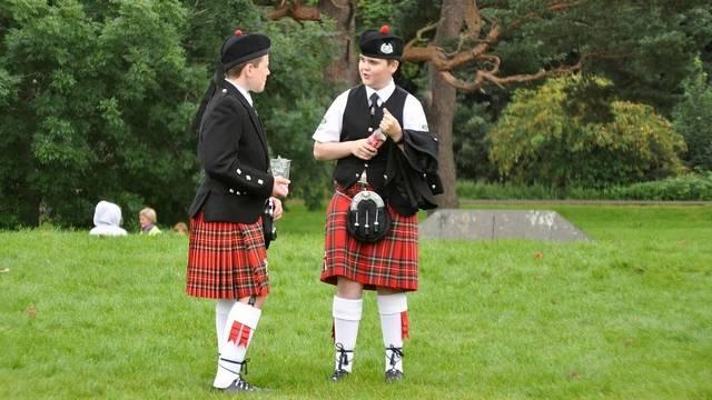 Mi a hagyományos férfi skótszoknya neve?