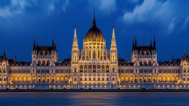 Mi az, ami szabályozza Magyarország jogrendjét, az állampolgárok alapvető jogait és kötelezettségeit, valamint meghatározza az államszervezetre vonatkozó alapvető szabályokat?
