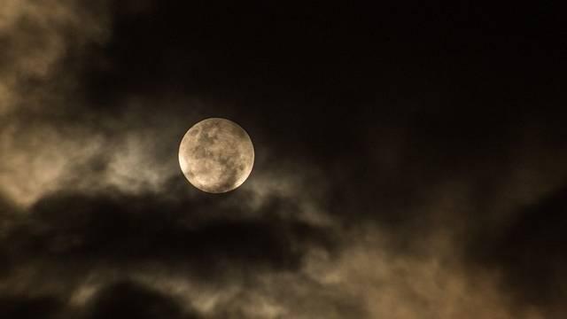 Melyik programban vett részt a Holdra szállás előtt Armstrong és Aldrin?