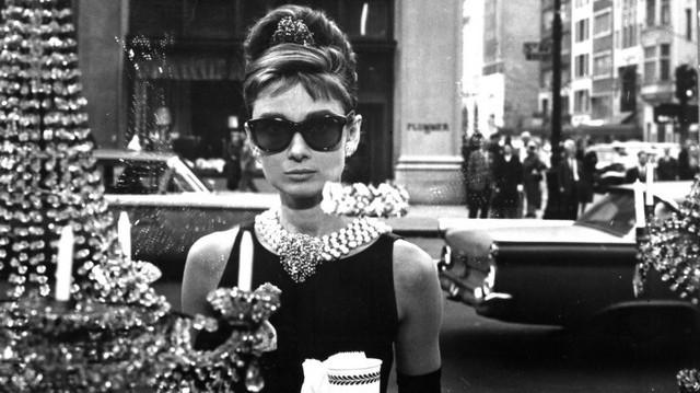 Holly csak a luxusékszerbolt csábító kirakatát bámulja. Minden vágya, hogy meghódítsa New York előkelő világát..