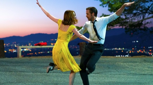 Mia (Emma Stone), a feltörekvő, fiatal színésznő és Sebastian (Ryan Gosling), a szépreményű jazz zongorista, Los Angelesben keresi az álmait.