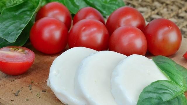 Melyik sajtot készítik eredetileg friss bivalytejből?