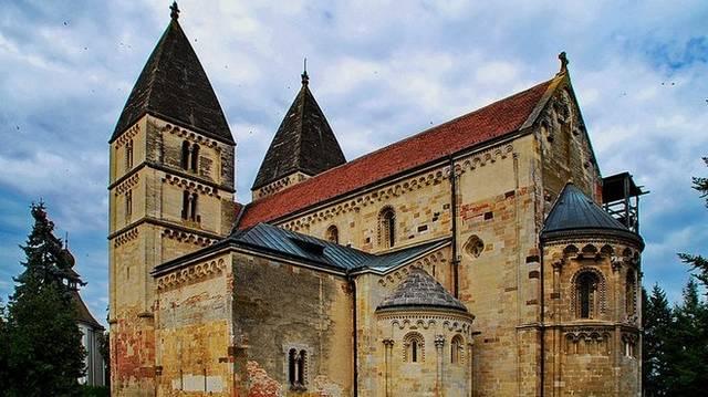 Milyen stílusban épült a Jáki templom?