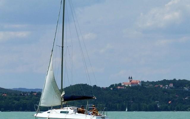Zamárdi: Balaton északi vagy a déli partján van?