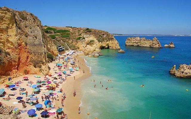Melyik országban található Algarve?