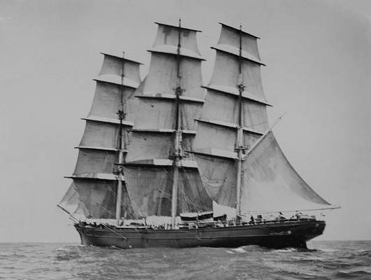Legalább hány árboccal van felszerelve a teljes vitorlázatú hajó?