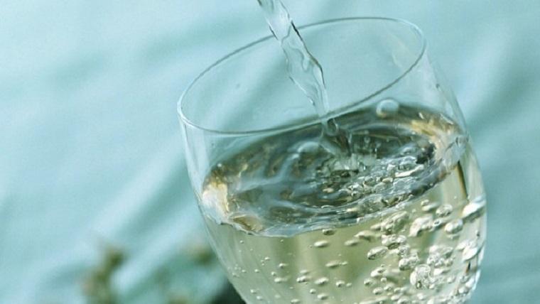 Mi a neve annak a fröccsnek, amely 1 dl borból és 2 dl szódából áll? (Fotó: borászportál.hu)