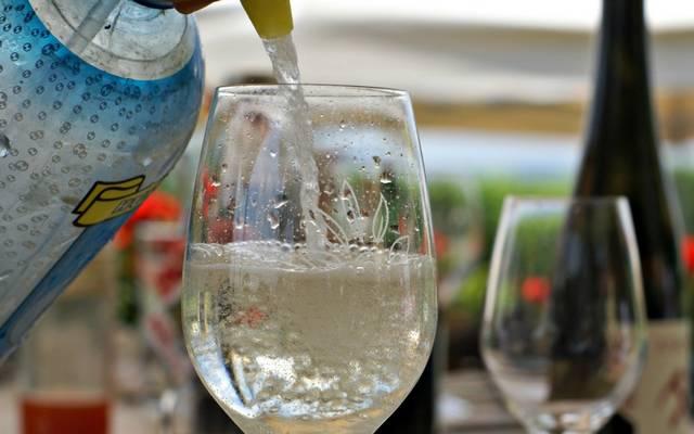 Mi a neve annak a fröccsnek, amely 3 dl borból és 2 dl szódából áll? (Fotó: tokajtoday.com)