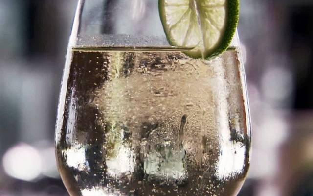 Mi a neve annak a fröccsnek, amely 1 dl borból és 9 dl szódából áll? (Fotó: bon.se)