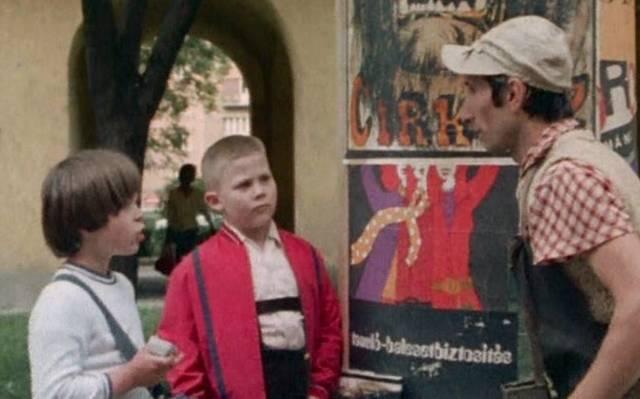 Ki volt az utca hírmondója a Keménykalap és krumpliorr című filmben?