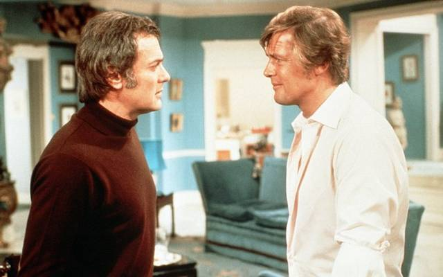 A Minden lében két kanál című sorozatban ki volt Roger Moore partnere?