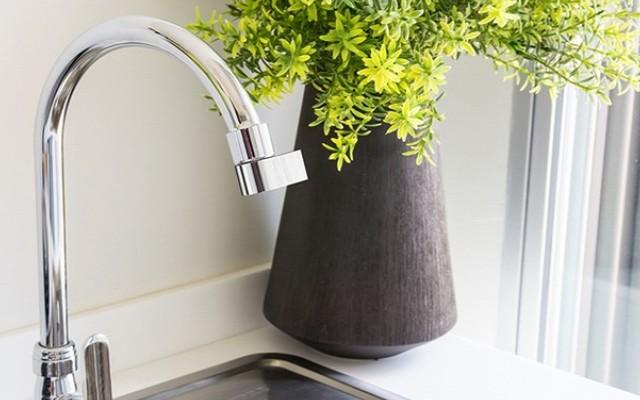 A perlátor vízrendező. Csapokra szerelve csökkenti a vízfogyasztást az átfolyás mennyiségének csökkentésével.