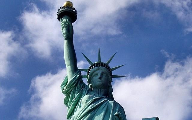 Az Amerikai Egyesült Államok függetlenségének százéves évfordulója alkalmából, melyik államtól kapta New York a Szabadság-szobrot?
