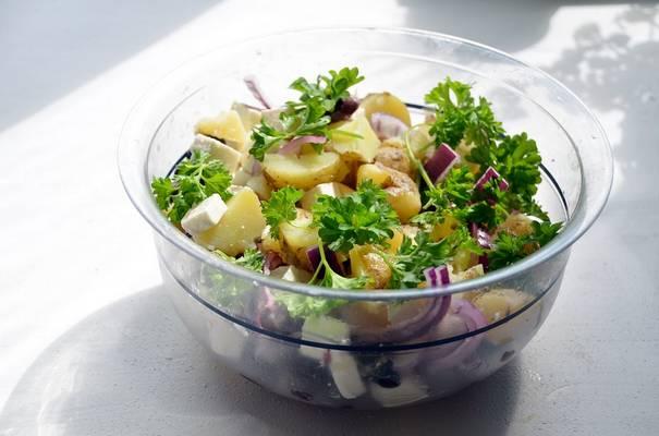 Melyik ország jellegzetes étele a krumplisaláta?