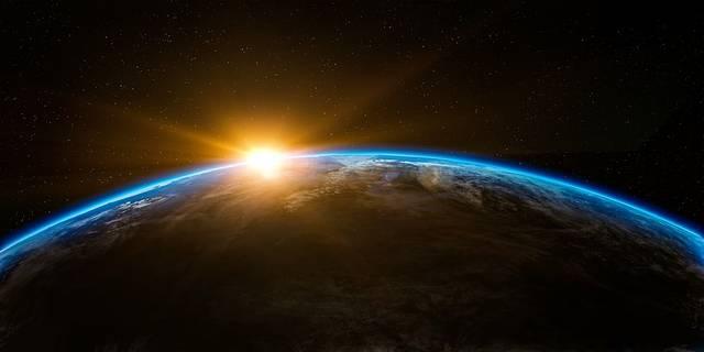 Merrefelé forog a Föld?