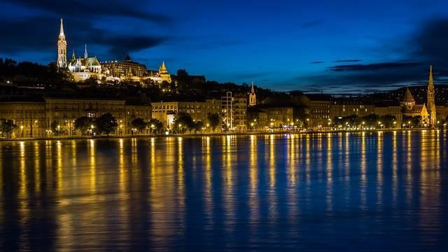 Melyik városon NEM folyik keresztül a Duna?