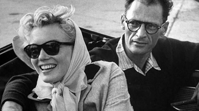 A sajtó furcsállta  - a szerintük - össze nem illő intellektuel és a szexszimbólum filmsztár házasságát.  Melyik híres drámaíróval házasodott össze 1956-ban?