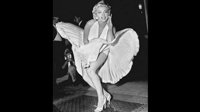 Monroe karrierjének legismertebbje: A metró szellőzőrácsán álló fehér ruhás nő szoknyáját fellibbenti a szerelvény keltette huzat. Melyik filmjében szerepelt ez a jelenet?
