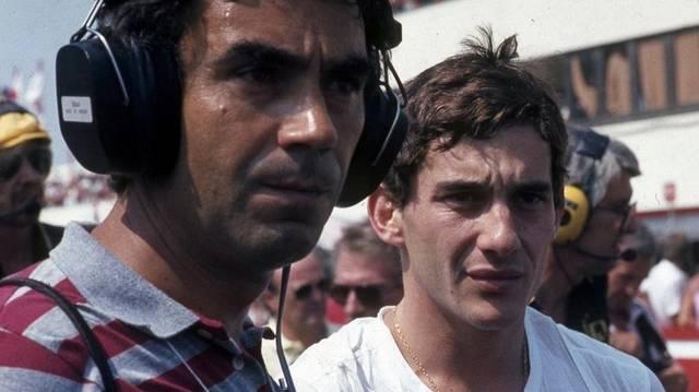 Ki látható balra a képen?  (Jobbra az első Forma-1-es magyar nagydíjon Ayrton Senna látható.)