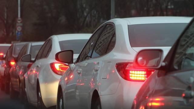 Hány autó halad át a városon naponta?
