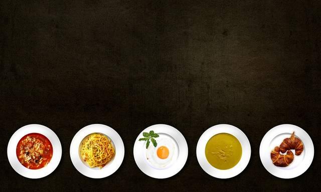 Hajszálvékonyra szeleteljük a salátát, vagy fűszernövényt, ha ezzel a vágási formával dolgozunk.