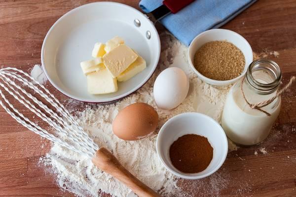 Kevés lisztet pirítunk zsiradékon, hogy ezzel tegyük sűrűbbé az ételt. Melyik ez az eljárás?