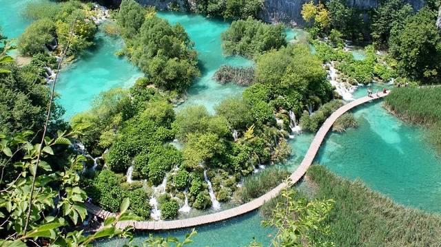Melyik országban találhatók a Plitvicei tavak?