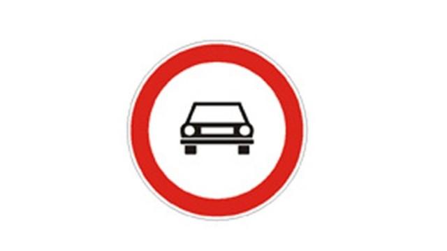 Személygépkocsival be lehet-e hajtani táblával megjelölt útra?