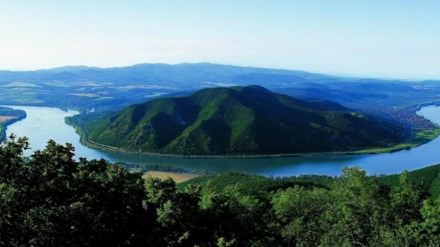 Melyik város nem a Duna partjára épült?