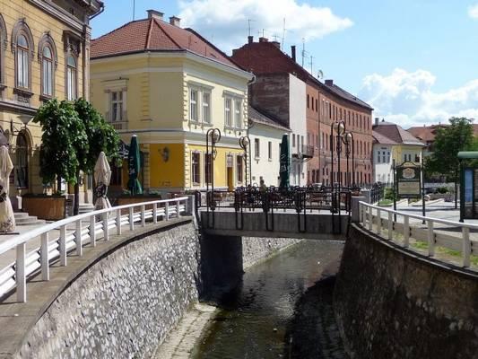 Melyik városunknál folyik át a Szinva patak?